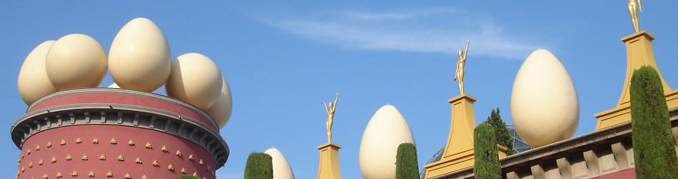 Détail de la façade du théâtre-musée Dalí de Figueras
